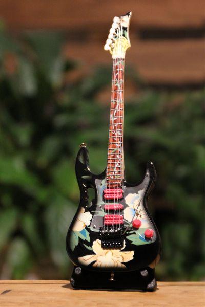 Minigitarre mit Blütendesign